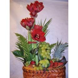 Cesta de fruta con amarilis