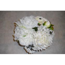 Centro de flores artificiales blancas.