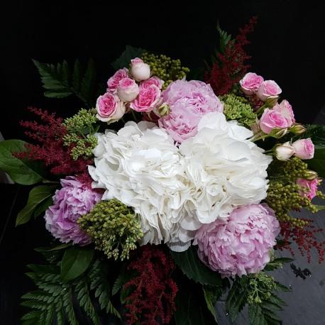 Ramo con hortensias, peonias, rosas y astilbe