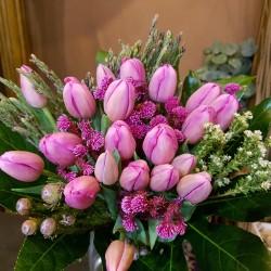 Ramo con 20 tulipanes y verdes.