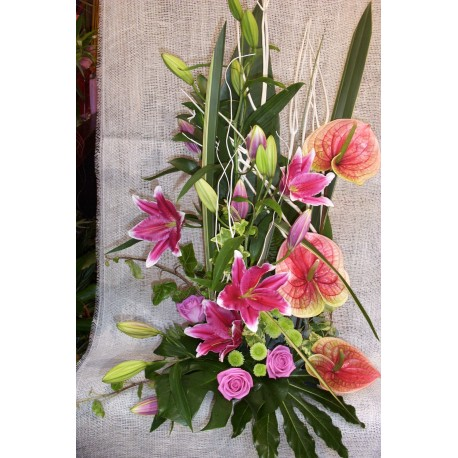 Centro de flores con lilium oriental y anthurium